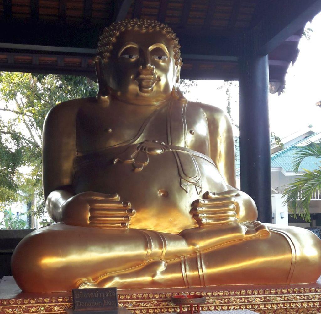 goldene buddhastatue mit dickem bauch