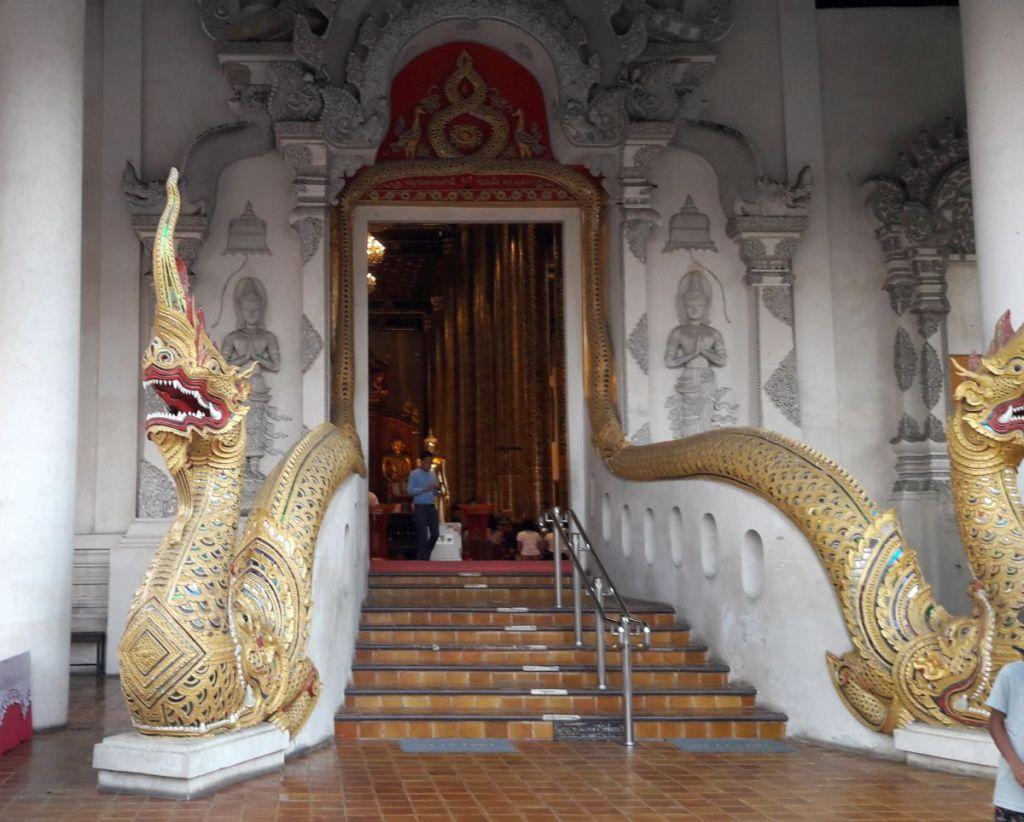 Drachen am Eingang eines Tempels