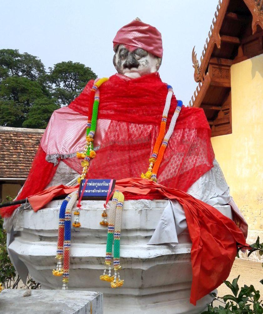 verkaterte buddhastatue verhüllt