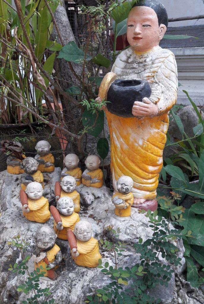 skulptur mit kleinen mönchen