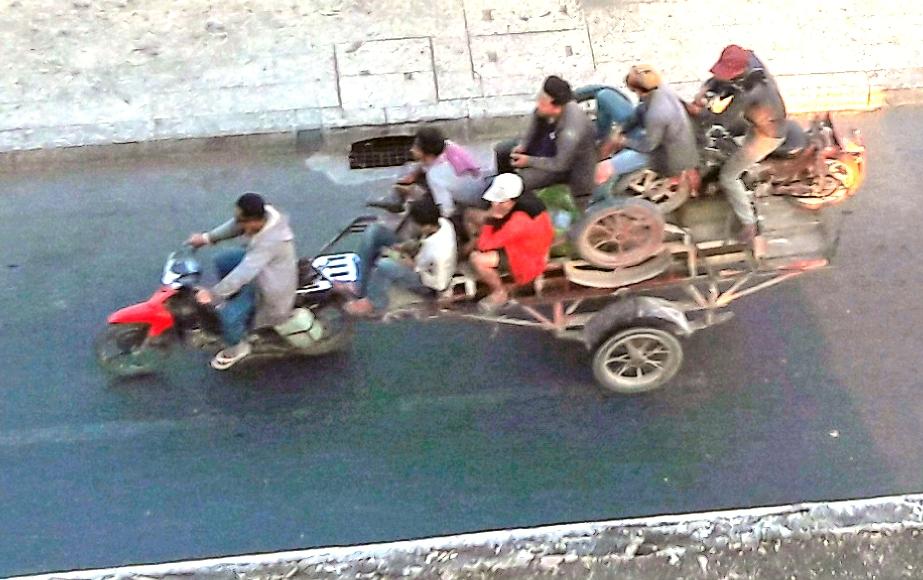 roller zieht anhänger mit 7 personen