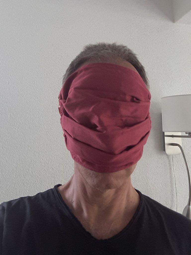 Mann mit Gesichtsmaske, die alles verdeckt