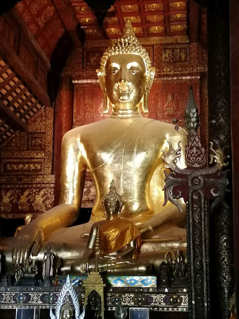 Buddhastatue golden