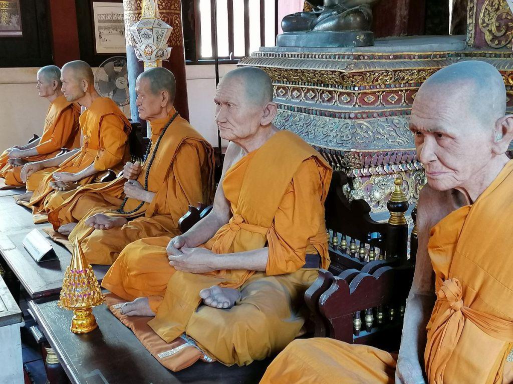 wachsfiguren von buddhistischen mönchen