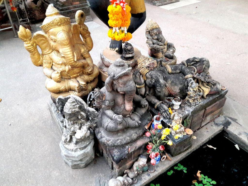 Skulptur einer göttlichen Elefantenfamilie
