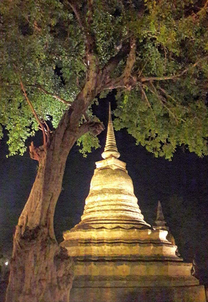 Stupa in Sukhothai bei Nacht