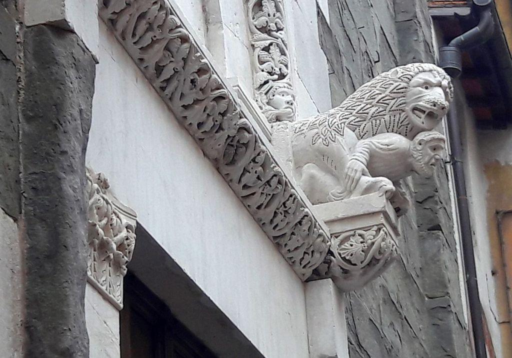 Relief mit Löwe über einer Tür