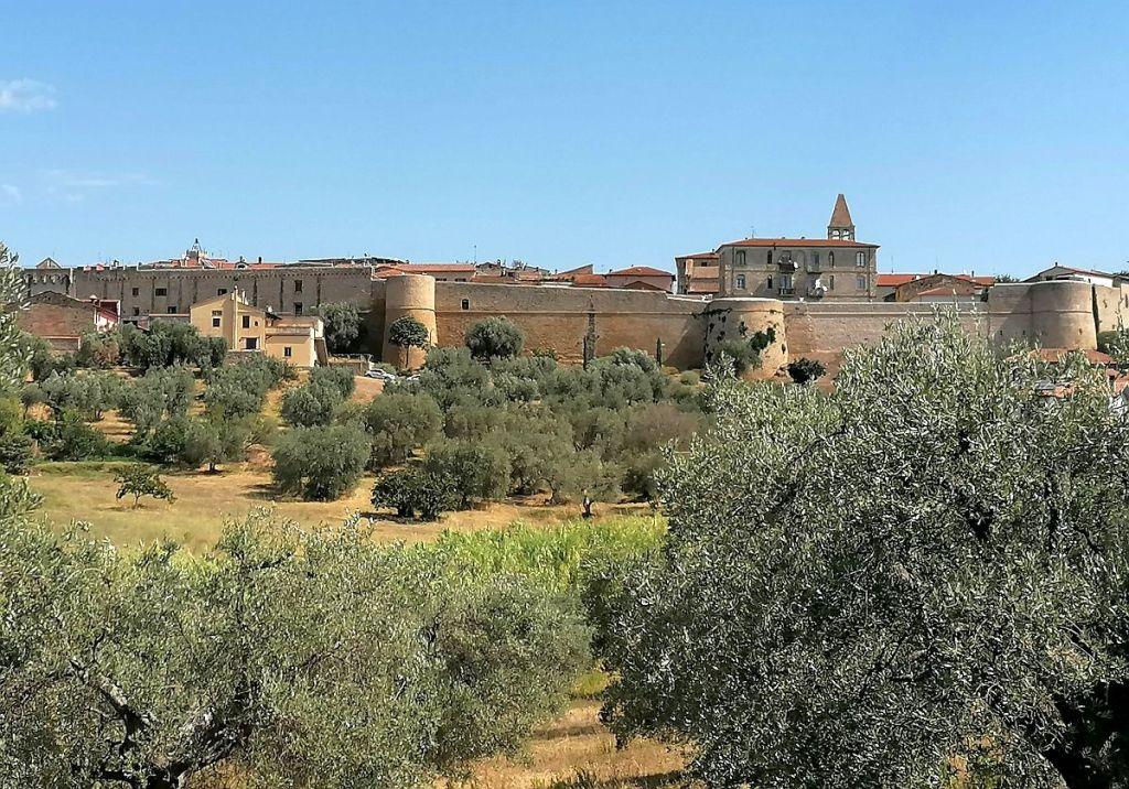 Blick auf die Stadtmauern von Maglione