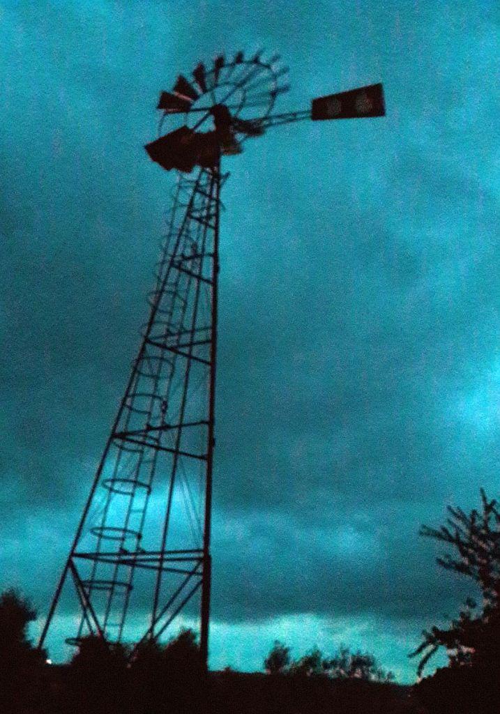 Windrad mit stürmischen Himmel im Hintergrund