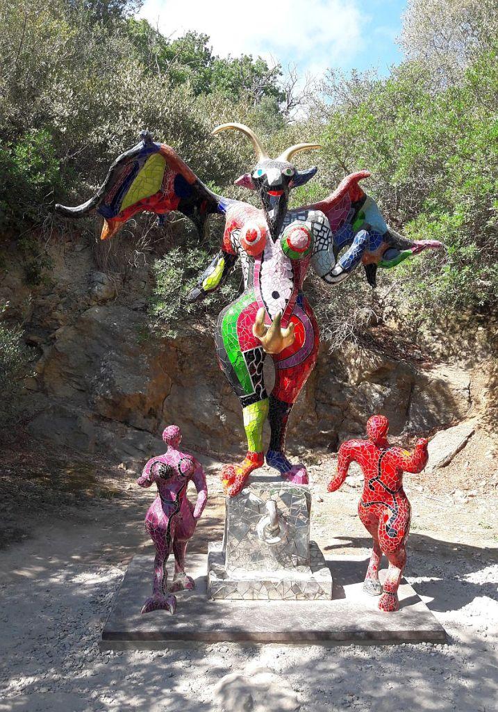 Teufelin verfolgt zwei rennende Figuren