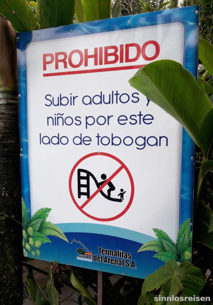 Tafel mit Verbot im Freibad