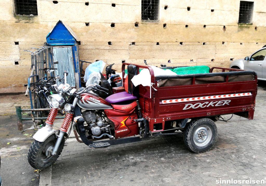 Motorrad Docker mit Container