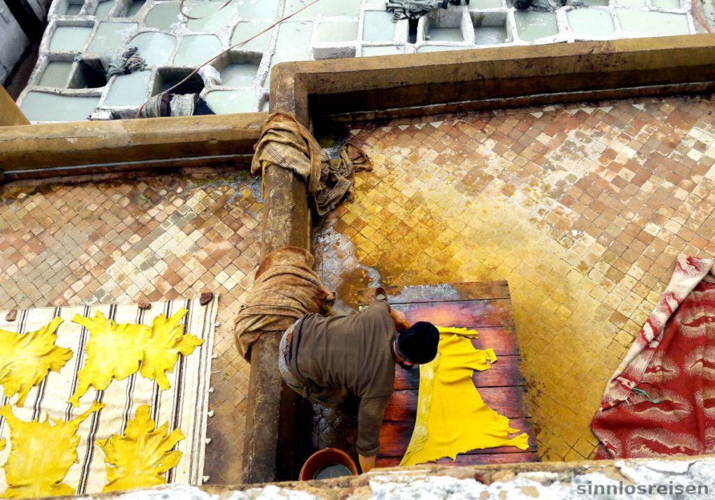 Arbeiter färbt ein Lederfell