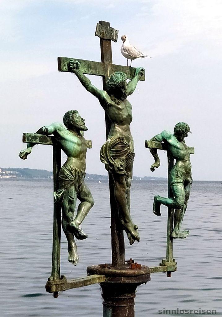 Gekreuzigter Jesus am Bodensee vor der Insel Mainau