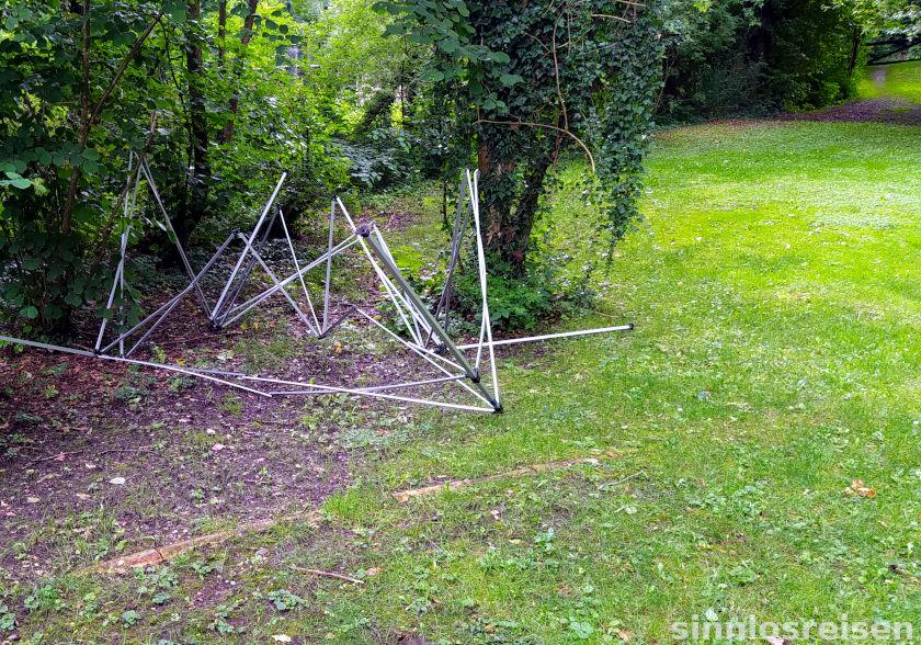 Zerstörtes Zelt auf einer Wiese
